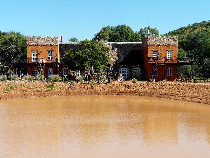 Das Wasserloch vor der Lodge