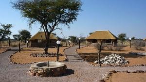 Blick aus der Mitte des Bushcamps auf die Bungalows